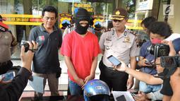 Kompol Dony Eko Listyanto (kanan) memberikan keterangan kepada awak media saat rilis kasus pembunuhan PSK Ayu Sinar Agustin alias Ninin (23) di Mapolsek Semarang Barat, Sabtu (15/9). (Liputan6.com/Gholib)