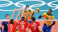 Pemain Brasil Yoandy Leal Hidalgo melakukan spike dalam pertandingan melawan  ROC (Komite Olimpiade Rusia) pada semifinal bola voli Olimpiade Tokyo 2020 di Ariake Arena, Tokyo, Jepang, Kamis, 5 Agustus 2021. (YURI CORTEZ / AFP)