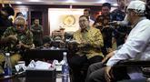 Wakil Ketua DPR Fadli Zon (tengah) berbincang dengan kuasa hukum Abu Bakar Baasyir, Mahendradatta dan anak Abu Bakar Baasyir, Abdurrochim di Kompleks Parleman, Jakarta, Rabu (23/1). Pemerintah membatalkan pembebasan Baasyir. (Liputan6.com/JohanTallo)