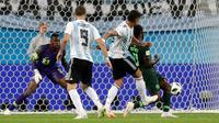 Pemain timnas Argentina, Marcos Rojo (kedua kanan) mencetak gol ke gawang Nigeria pada matchday terakhir Grup D Piala Dunia 2018 di Stadion St. Petersburg, Selasa (26/6). Argentina meraih tiket ke 16 besar setelah menang 2-1. (AP/Petr David Josek)