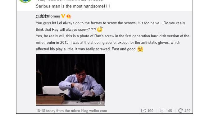 Foto Lei Jun saat membantu merakit salah satu produk Xiaomi di tahun 2013 lalu (Foto: Weibo)