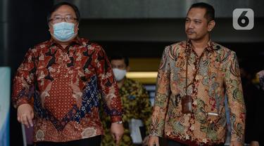 Menristek Bambang Brodjonegoro berjalan bersama Wakil Ketua KPK Nurul Ghufron usai pertemuan di gedung KPK, Jakarta, Selasa (16/6/2020). Pertemuan membahas mengenai hal terkait pendanaan penelitian riset teknologi inovasi guna mencegah terjadinya tindak pidana korupsi. (merdeka.com/Dwi Narwoko)