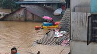 Tim Basarnas menerjang banjir menggunakan perahu karet menjemput si bayi.(Basarnas)
