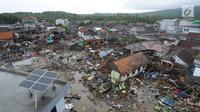 Pemandangan dari udara kawasan pemukiman nelayan di Kampung Sumur Pesisir, Pandeglang, Banten, Selasa (24/12). Situasi Kampung Sumur gelap gulita karena listrik mati saat tsunami menerjang. (Merdeka.com/Arie Basuki)