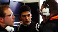 Pebalap Prancis, Esteban Ocon, resmi bergabung dengan Force India pada F1 2017. (Bola.com/Twitter/ForceIndiaF1)