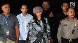 Bupati Kabupaten Kepulauan Talaud, Sulawesi Utara (Sulut) Sri Wahyumi Maria Manalip tiba dikawal petugas di Gedung KPK, Jakarta, Selasa (30/04/2019). Sri Wahyumi Maria terjaring OTT terkait dugaan suap proyek pembangunan pasar dan menjalani pemeriksaan 1X24 jam. (merdeka.com/Dwi Narwoko)