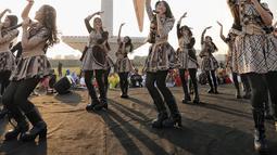 Girlband JKT48 saat tampil dalam acara puncak Kirab Obor Asian Games 2018 di Monas, Jakarta, Sabtu (18/8). Obor Asian Games 2018 diarak dari Monumen Nasional (Monas) menuju Stadion Utama Gelora Bung Karno (SUGBK). (Liputan6.com/Faizal Fanani)