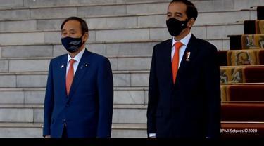 PM Suga bersama dengan Presiden Jokowi mengikuti prosesi upacara penyambutan.
