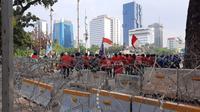 Sejumlan mahasiswa mulai memenuhi Jalan Medan Merdeka Barat, Gambir, Jakarta Pusat. (Liputan6.com/Ady Anugrahadi)