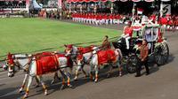 Pasukan Pengamanan Presiden (Paspampres) mengendarai Kereta Kencana yang membawa duplikat Bendera Pusaka Merah Putih dan Teks Proklamasi ketika Parade Kirab Bendera Merah Putih menuju Istana Merdeka di Jakarta, Kamis (17/8). (Liputan6.com/Pool)