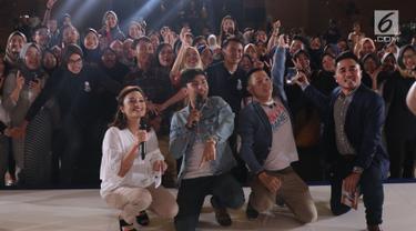 Pemeran film Milly & Mamet berfoto bersama peserta EGTC 2018 usai memberi keterangan di Graha Sanusi Hardjadinata, Universitas Padjajdaran, Bandung, Kamis (6/12). Mereka bercerita seputar proses pembuatan film tersebut. (Liputan6.com/Helmi Fithriansyah)