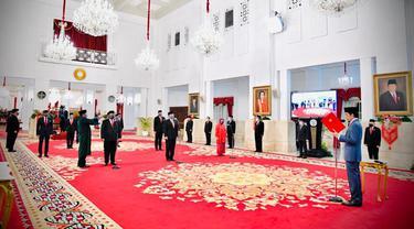 Presiden Joko Widodo (kanan) melantik enam menteri baru Kabinet Indonesia Maju di Istana Negara, Jakarta, Rabu (23/12/2020). Keenamnya adalah Yaqut Cholil Qoumas, Budi Gunadi Sadikin, Tri Rismaharini, Muhammad Lutfi, dan Sandiaga Salahuddin Uno. (Foto: Muchlis Jr - Biro Pers Sekretariat Presiden)
