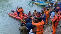 Petugas Satpolairud Garut bersama tim gabungan berhasil membawa mayat DL, korban tenggelam di pantai Santolo, Rabu (2/6/2021) lalu, yang ditemukan siang tadi. (Liputan6.com/Jayadi Supriadin)