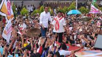 Capres nomor urut 01 Jokowi dan istrinya Iriana kampanye terbuka di Kubu Resort, Pontianak, Kalimantan Barat. (foto: dokumentasi TKN Jokowi-Ma'ruf)