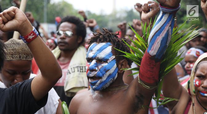 Mahasiswa Papua yang tergabung dalam Aliansi Mahasiswa Anti Rasisme, Kapitalisme, Kolonialisme, dan Militerisme berunjuk rasa di depan Istana Merdeka, Jakarta, Rabu (28/8/2019). Sejumlah mahasiswa terlihat melukis tubuh mereka dengan bendera Bintang Kejora. (Liputan6.com/Angga Yuniar)