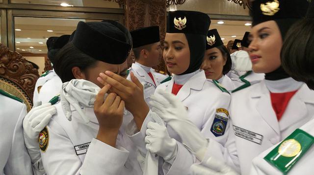 Tangis Tarrisa Maharani Dewi, Paskibraka yang terpilih sebagai pembawa baki Sang Saka Merah Putih pada upacara HUT ke-73 RI pagi hari ini, pecah. (Liputan6.com/Aditya)