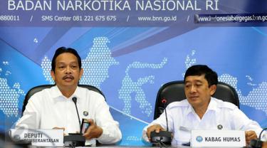 Deputi Pemberantasan BNN, Irjen Pol Arman Depari (kiri) menjawab pertanyaan terkait kasus dua pilot Susi Air di Jakarta, Senin (16/1). Arman menegaskan, pilot Susi Air yang berinisial DA dan BA negatif narkoba. (Liputan6.com/Helmi Fithriansyah)