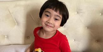 Rafathar, salah satuj anak artis yang menarik untuk disimak. Putra kecil Raffi Ahmad dan Nagita Slavina ini memang sudah memiliki penggemar sejak masih kecil. Ia juga sering kali muncul di konten Youtube sang ayah. (Instagram/raffinagita1717)