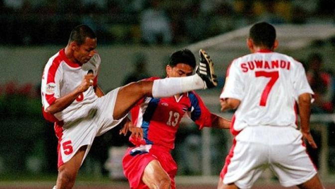 Bejo Sugiantoro saat berduel dengan salah satu pemain Thailand di Piala Tiger 1998. (Bola.com/Dok. AFF)
