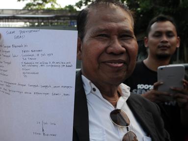Pengacara Freddy Budiman, Untung Sunaryo menunjukkan surat yang ditulis langsung oleh Freddy Budiman, Cilacap, Jawa Tengah, Rabu (27/7). Menurut pengacaranya, Freddy hanya meminta dimakamkan di tanah kelahirannya (Surabaya). (Liputan6.com/Helmi Afandi)