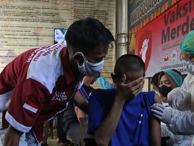 Petugas medis menyuntikan vaksin COVID-19 kepada pasien ODGJ di Bekasi, Jawa Barat, Rabu (4/8/2021). Sebanyak 70 pasien ODGJ mengikuti kegiatan vaksinasi merdeka guna mencegah penyebaran wabah COVID-19. (Liputan6.com/Herman Zakharia)