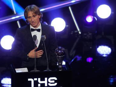 Bintang sepak bola Kroasia, Luka Modric memberi sambutan saat menerima penghargaan Pemain Terbaik Pria FIFA 2018 dalam acara The Best FIFA Football Awards di London, Senin (24/9). Modric mengalahkan Cristiano Ronaldo dan Mohamed Salah. (AP/Frank Augstein)