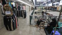 Pedagang berada di depan kios saat menunggu pembeli di ITC Cempaka Mas, Jakarta, Rabu (4/8/2021). Pemerintah pusat mengizinkan kembali sejumlah pusat perbelanjaan grosir atau pasar rakyat untuk beroperasi pada masa PPKM Level 4. (merdeka.com/Iqbal S Nugroho)