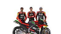 Andrea Iannone bersama Bradley Smith dan Aleix Espargaro saat memperkenalkan motor Aprilia untuk MotoGP 2020. (Twitter/Aprilia)