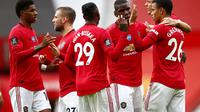 Para pemain Manchester United (MU) merayakan Mason Greenwood ke gawang Bournemouth di Old Trafford, Sabtu (4/7/2020). (Clive Brunskill/Pool via AP)