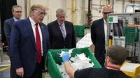 Dalam kunjungannya ke pabrik masker, Donald Trump masih enggan mengenakan masker di tengah pandemi Virus Corona COVID-19.  (AP Photo/Evan Vucci)