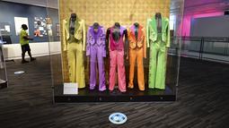 Setelan yang dikenakan oleh The Jackson 5 dipajang saat orang mengunjungi Grammy Museum pada hari pertama dibuka kembali di Los Angeles, Jumat (21/5/2021). Mulai 15 Juni, California akan mencabut sebagian besar pembatasan pandemi, termasuk jarak sosial dan penggunaan masker. (Frederic J. BROWN/AFP)