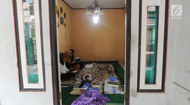 Keluarga berdoa di samping mendiang terpidana mati kasus penyelundupan narkoba Zulfikar Ali  di Desa Ciangka, Ciampe, Bogor (2/6). Zulfikar Ali  merupakan warga negara Pakistan. (Merdeka.com/Arie Basuki)