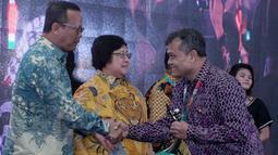GM Produksi PT Pupuk Kujang Ariffianto menerima penghargaan Proper Hijau pada ajang Penghargaan Anugerah PROPER 2018 dari Kementerian Lingkungan Hidup dan Kehutanan, yang diserahkan Menteri Siti Nurbaya di Jakarta, Kamis (27/12). (Liputan6.com/HO/Ines)