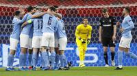 Para pemain Manchester City merayakan gol Kevin De Bruyne ke gawang Borussia Moenchengladbach pada leg kedua babak 16 besar Liga Champions di Puskas Arena in Budapest, Rabu (17/3/2021) dini hari WIB. (AP Photo/Laszlo Balogh)