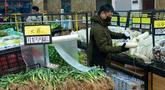 Para penduduk berbelanja di sebuah pasar di Wuhan, Provinsi Hubei, China tengah, pada 27 Januari 2020. Warga di Wuhan tetap menjalani kehidupan sehari-hari mereka saat upaya terus dilakukan untuk mengendalikan wabah coronavirus baru. (Xinhua/Xiong Qi)