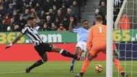 Pemain Manchester City, Raheem Sterling (tengah) mencetak gol ke gawang Newcastle United pada lanjutan Premier League di St James' Park, Newcastle-upon-Tyne, (27/12/2017). Manchester City menang 1-0. (AFP/Lindsey Parnaby)