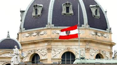 Bendera nasional Austria berkibar setengah tiang di sebuah gedung di pusat kota di Wina, Austria, Rabu, 4 November 2020. (AP Photo / Matthias Schrader)