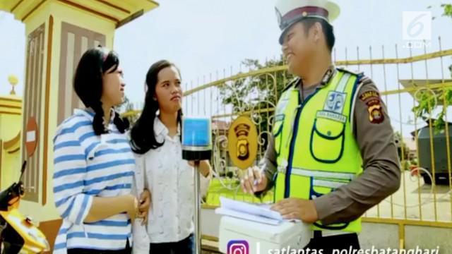 Dua orang wanita yang mengendari sepeda motor tanpa helm terkena tilang polisi.