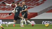 Striker Arsenal, Pierre-Emerick Aubameyang (kiri) melepaskan tendangan yang berbuah gol pertama timnya ke gawang Leeds United dalam laga lanjutan Liga Inggris 2020/21 pekan ke-24 di Emirates Stadium, London, Minggu (14/2/2021). Arsenal menang 4-2 atas Leeds United. (AP/Adam Davy/Pool)