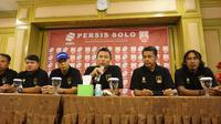 Manajemen Persis Solo menunjuk Jafri Sastra (dua dari kanan) sebagai pelatih. (Liputan6.com/Fajar Abrori)