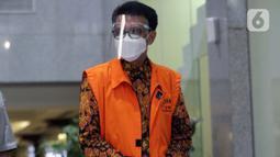 Gubernur Sulawesi Selatan non aktif, Nurdin Abdullah usai pemeriksaan lanjutan di Gedung KPK, Jakarta, Kamis (3/6/2021). Nurdin Abdullah diperiksa terkait dugaan suap dan gratifikasi pengadaan barang dan jasa pembangunan infrastruktur di Pemprov Sulsel 2020-2021. (Liputan6.com/Helmi Fithriansyah)