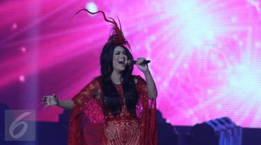 Diva Tanah Air, Krisdayanti menjadi salah satu pengisi acara di malam puncak HUT 26 SCTV di Istora Senayan, Jakarta, Rabu (24/8). Penampilan diva 41 tahun itu makin berkelas dengan diiringi alunan orkestra Erwin Gutawa. (Liputan6.com/Herman Zakharia)