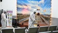 Aktivitas penyemprotan disinfektan di stasiun Cirebon oleh Petugas PT KAI guna mencegah penyebaran virus corona covid-19. Foto (Liputan6.com / Panji Prayitno)