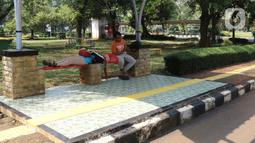 Wisatawan beristirahat saat berkunjung ke Taman Margasatwa Ragunan, Jakarta, Sabtu (1/8/2020). Di masa pandemi corona ini, Ragunan sepi pengunjung di libur panjang Idul Adha 1441 H dibandingkan tahun lalu. (Liputan6.com/Herman Zakharia)