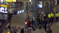 Aparat kepolisian mengecek situasi setelah alarm pembajakan pesawat berbunyi di Bandara Schiphol, Amsterdam, Rabu (6/11/2019). Pilot maskapai Spanyol, Air Europa, tidak sengaja membunyikan alarm pembajakan pesawat di bandara sehingga memicu operasi keamanan besar-besaran. (AP/Peter Dejong)