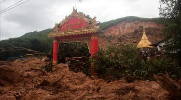 Kerusakan yang disebabkan tanah longsor di desa Thalphyugone di kota Paung, negara bagian Mon (9/8/2019). Tanah longsor yang disebabkan oleh hujan lebat menewaskan sedikitnya 13 orang dan melukai puluhan lainnya di Myanmar timur. (AFP Photo/Chit Ko Lin)