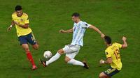 Guido Rodriguez dikepung dua pemain Kolombia saat melawan Argentina di semifinal Copa America 2021 (AFP)