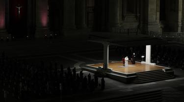 Paus Fransiskus memimpin upacara Via Crucis (Jalan Salib) di Lapangan Santo Petrus, Vatikan, Jumat, Jumat (2/4/2021). (AP Photo/Gregorio Borgia, Pool)