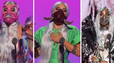Foto kombinasi yang dirilis pada 30 Agustus 2020 memperlihatkan Lady Gaga mengenakan masker pada ajang MTV Video Music Award (MVA) 2020 yang dilaksanakan secara virtual. Lady Gaga menjadi sorotan karena masker wajah yang dikenakannya. (MTV via AP)