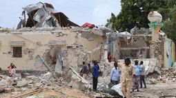 Sebuah bangunan rusak di lokasi ledakan bom mobil di luar kantor pemerintah lokal di Mogadishu, Somalia, (10/9). Menurut polisi Somalia dan pekerja penyelamat, enam orang tewas dan 16 luka-luka akibat ledakan tersebut. (AFP Photo/Abdi Haji Hussein)